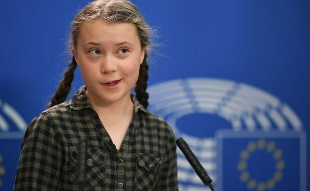 Pillamos a la 'gurú' ecologista Greta Thunberg con el cul* en un millonario sillón de piel animal... nada ecológico