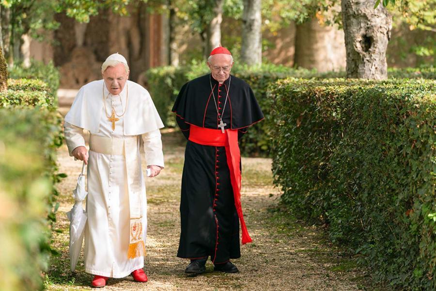 Un gigantesco cartel publicitario en el Vaticano promociona una película de ficción sobre la relación entre Francisco y Benedicto