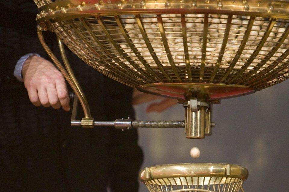 Tienes más probabilidades de que te parta un rayo o te mate una avispa que de ganar la Lotería