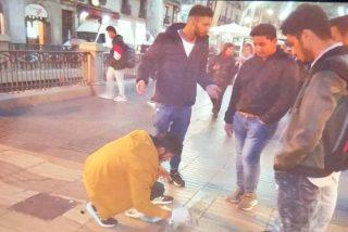 La Policía detiene a 4 paquistaníes por tirar cemento sobre la placa a las víctimas del atentado islamista de Las Ramblas