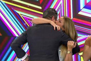 La ex gran hermana Marta López y el periodista Alfonso Merlos confirman su relación sentimental besándose en directo