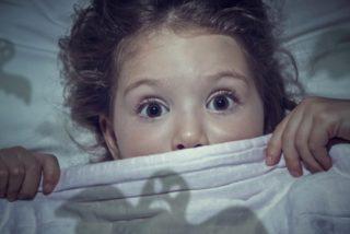 """La Policía encuentra a una niña de 5 años andando sola de noche por una autovía y llorando: """"Mi mamá está malita"""""""