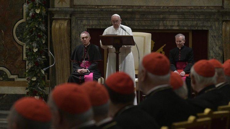 Francisco defiende su reforma de la Iglesia