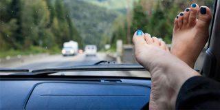Este vídeo demuestra lo peligroso de viajar con los pies en el salpicadero