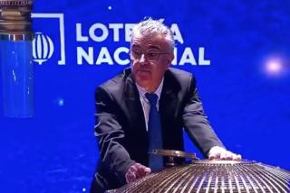 ¿Tongo en la Lotería? Estas son las imágenes del escándalo: un operario recogió bolas del suelo y otro las introdujo de forma extraña