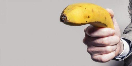 Le caen 14 años de prisión a un facineroso por violar a su pareja con un plátano, una escoba y una linterna