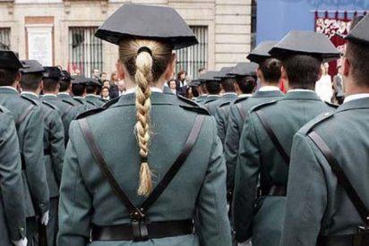 La Guardia Civil casca un año de empleo y sueldo al agente que se quedó tan pancho, mirando, mientras azotaban a su compañera