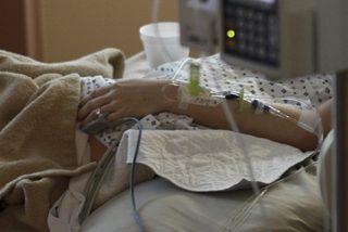 Una niña de 6 años salva a su madre que sufrió un derrame cerebral en pleno vuelo