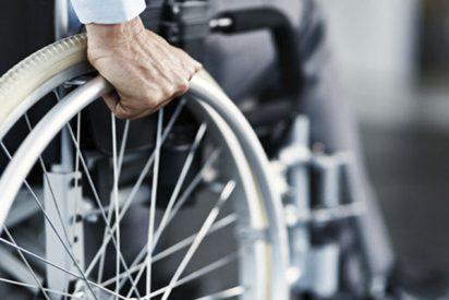 Un anciano en silla de ruedas, con muy mala leche, derriba deliberadamente a un obrero que trabajaba sobre una escalera