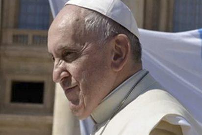 El papa Francisco 'calienta las orejas' a los niños que juegan con sus teléfonos móviles mientras comen en la mesa con sus familias