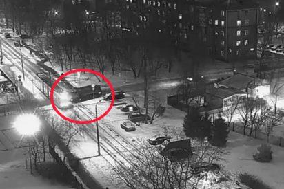 Así fue el terrible choque de un camión, que circulaba a gran velocidad, contra un tranvía