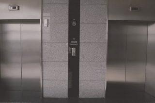 Cae en el hueco del ascensor en el piso 30 y evita morir por los pelos