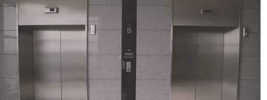 Cae por el hueco del ascensor en el piso 30 y sobrevive por los pelos