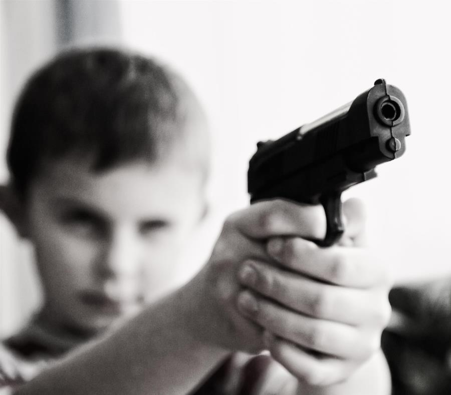 Niño de 3 años encuentra una pistola de su padre en el coche y dispara a su madre sin querer