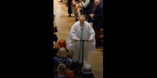 Un sacerdote irlandés abandona la Misa del Gallo montado en su patinete eléctrico