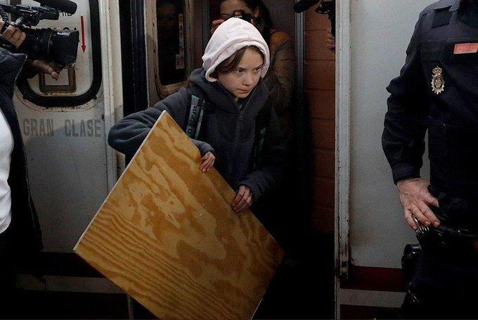 Premio si adivinas a la primera lo que la pesada Greta Thunberg llevaba en las manos