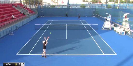 Este ucraniano se cuela en un torneo profesional de tenis en Doha y el ridículo es glorioso: no le da ni a la bola