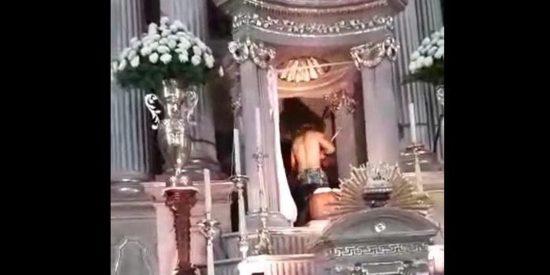 Un hombre se desnuda en el altar de una iglesia mexicana y ataca a los feligreses