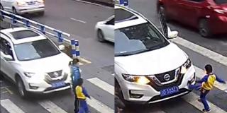 Niño descarga su furia dando patadas a un coche que lo atropelló junto a su madre en un paso de peatones