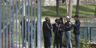 Una decena de menores agrede y roba a un joven a la salida del metro de Arturo Soria