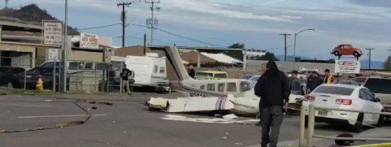 Esta avioneta aterriza de emergencia en medio de una avenida de EE.UU.