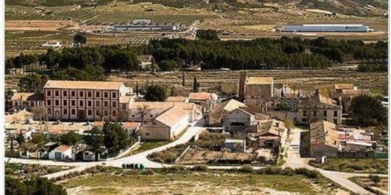 Esta es la aldea en Alicante con 40 casas, palacio, ermita y 275 hectáreas de terreno que pueden comprar en Wallapop