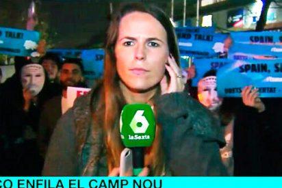 Fanáticos independentistas rodean con excrementos de burro a una reportera de laSexta durante una conexión en directo