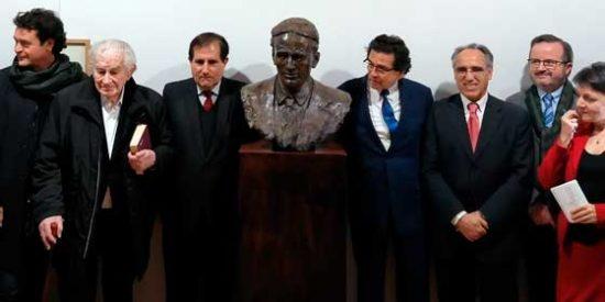 Develan busto de César Vallejo en la Casa Panero de Astorga