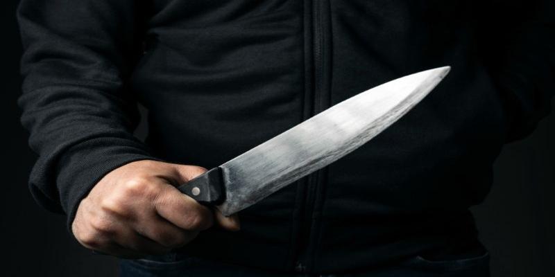Persigue con un cuchillo a un hombre por recriminarle que no tuviera puesta la mascarilla