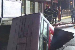 Sumidero del terror en China: el suelo se traga un autobús y deja 6 muertos