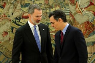 Pedro Sánchez se quita de enmedio a Felipe VI en Davos para vivir él como un auténtico rey