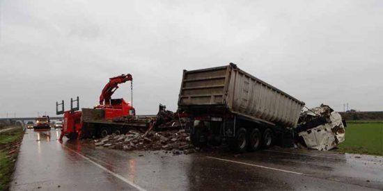 Un terrible choque frontal entre dos camiones deja tres muertos en Zaragoza