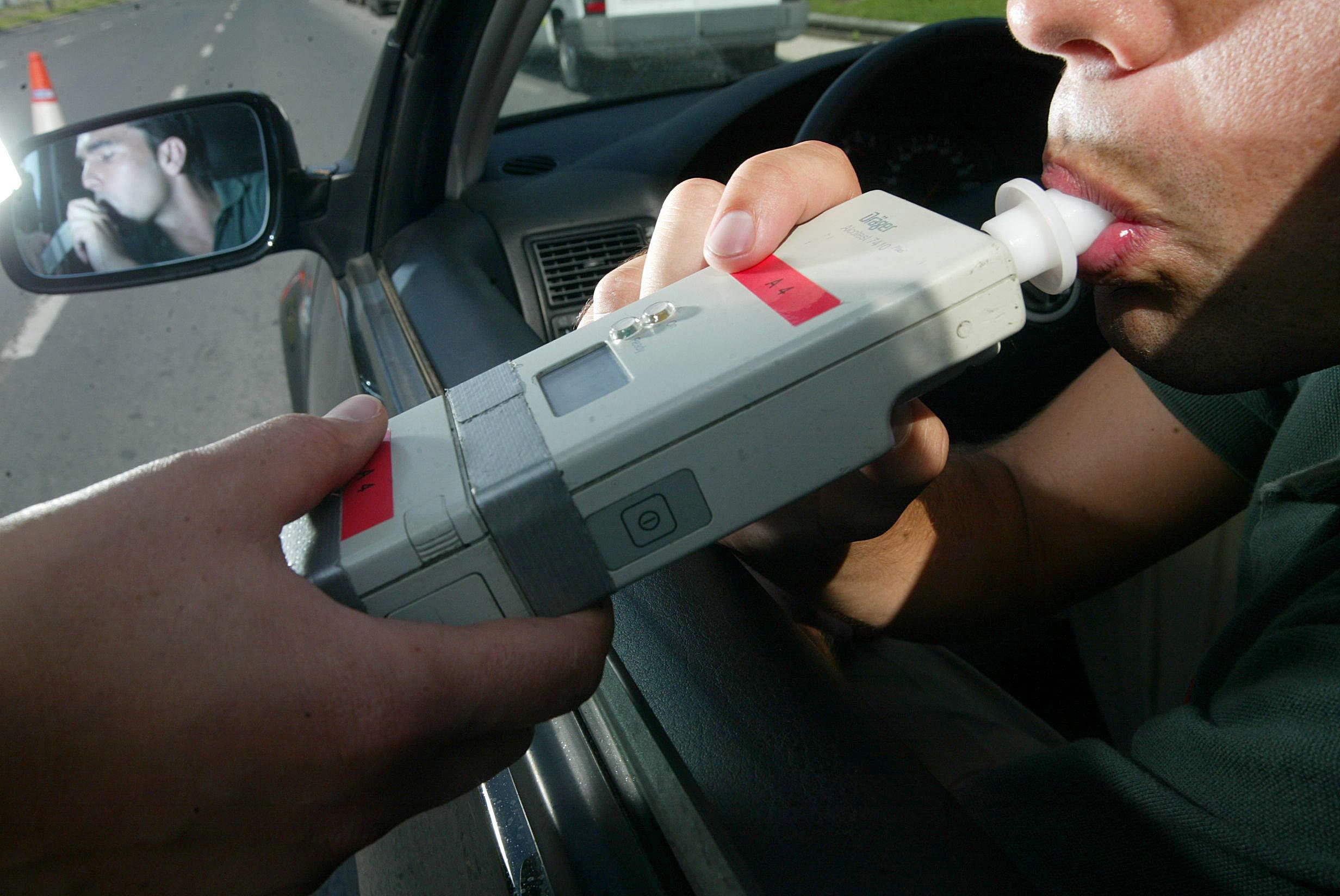 La Policía arresta a un tipo por conducir sin carné ni seguro, dar positivo en cocaína y llevar 400 pastillas
