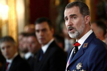 El Rey Felipe VI subraya ante Pedro Sánchez y los militares el 'compromiso ' de las Fuerzas Armadas con España y nuestra Constitución