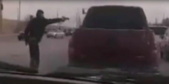 Sicario: el momento en que asesinan a balazos a un hombre y una mujer en un semáforo