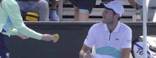 El cabreo monumental de un juez de silla con un tenista que exige a la recogepelotas que le pele la banana