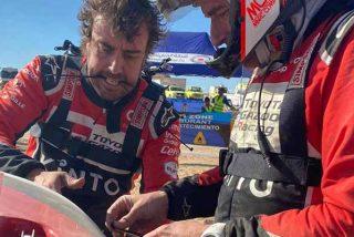 Fernando Alonso en el Dakar como nunca le habías visto: arreglando un coche con bridas y cinta aislante