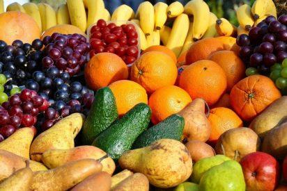 Tomar fruta en abundancia, preferiblemente 65 fuera de las comidas