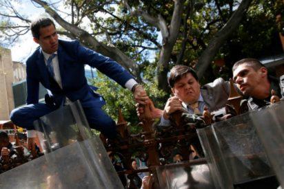 Así saltó Juan Guaidó la verja de la Asamblea Nacional para intentar evitar el golpe de Estado chavista
