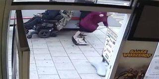 Un hombre en silla de ruedas arrolla a dos ancianas y se fuga a toda velocidad