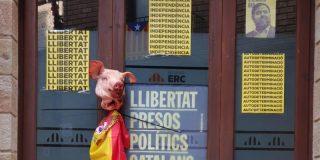 Fanáticos independentistas pintan la bandera española en la sede de ERC de Solsona y cuelgan una cabeza de cerdo en la puerta