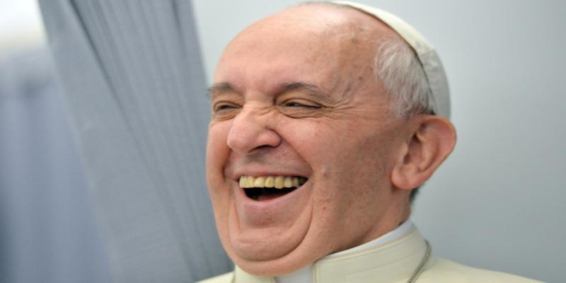 Presunto 'like' en Instagram del Papa a foto 'picante' enciende las redes