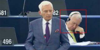El Burladero / El exministro Margallo se echa la siestecita en el Parlamento Europeo y encima se envalentona cuando se lo afean