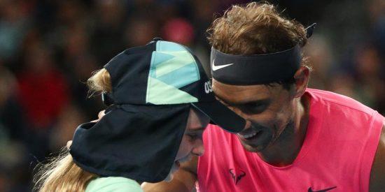 Rafa Nadal: pelotazo de campeón y tierno beso a una niña recogepelotas