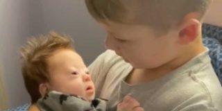 'Síndrome de Down': el niño que canta a su hermano recién nacido