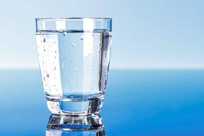 Beber agua en abundancia lo más pura posible