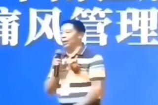 """""""Imágenes muy sensibles"""": Este hombre que vendía productos medicinales para la longevidad muere mientras daba una de sus charlas"""
