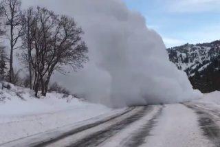 Momento exacto en el que una impresionante avalancha cubre de nieve una carretera