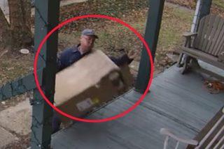 Pillan a este repartidor que golpea con muy mala leche un paquete con piezas de ordenador muy frágiles dentro