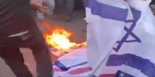 Manifestantes enfurecidos asaltan a sangre y fuego la embajada de EEUU en Irak